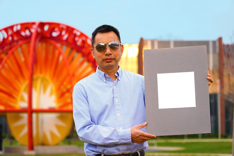 Xiulin Ruan, professeur de génie mécanique à l'Université Purdue, présente un échantillon de la peinture la plus blanche.