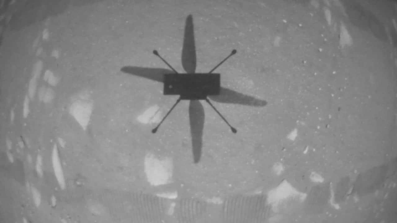 L'hélicoptère Ingenuity Mars de la NASA a pris cette photo en survolant la surface martienne le 19 avril 2021, lors de la première instance de vol motorisé et contrôlé sur une autre planète.  Crédit d'image: NASA