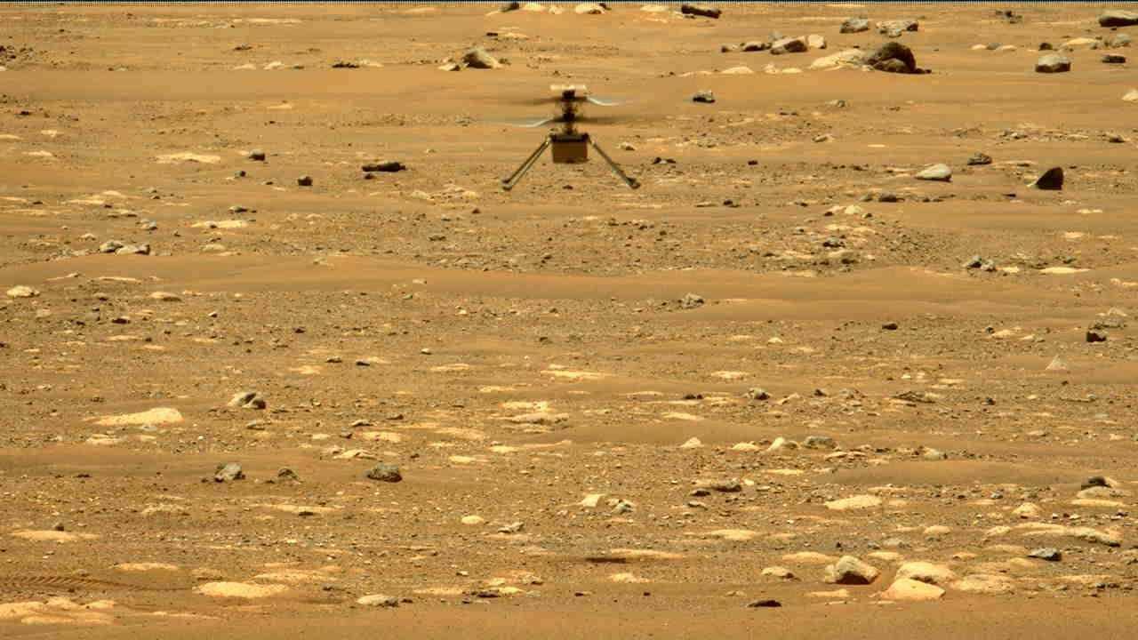 L'hélicoptère Ingenuity Mars de la NASA survole le cratère Jezero lors de son deuxième test en vol expérimental le 22 avril 2021. Les images ont été capturées par l'imageur Mastcam-Z du rover Perseverance.  Crédit: NASA / JPL-Caltech / ASU / MSSS