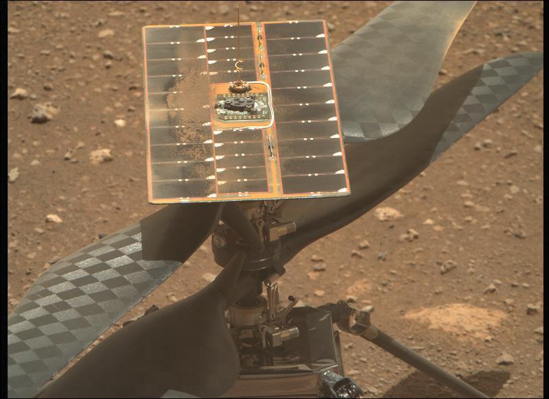 Lames de l'hélicoptère Ingenuity Mars pendant le processus de déverrouillage, comme on le voit le 8 avril 2021.