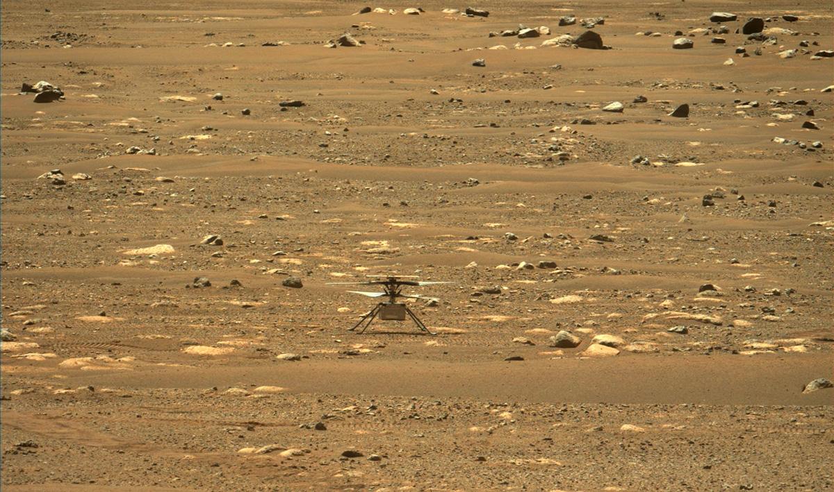 Cette image du rover Perseverance de la NASA montre l'hélicoptère Ingenuity Mars de l'agence juste après avoir réussi un test de mise en rotation à grande vitesse le 16 avril 2021.