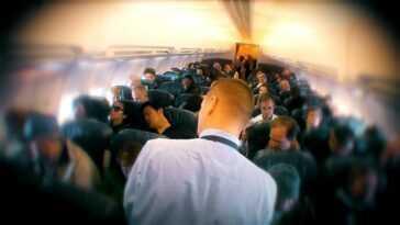 L'homme manque tellement de voyager en avion, il recrée sa nourriture d'avion préférée