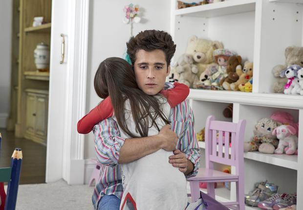 """Dans le chapitre """"Silent Night"""", Luis Miguel rencontre sa fille Michelle Salas (Valery Sais).  (Photo: Camila Jurado / Netflix)"""
