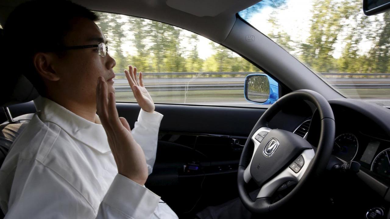 Un ingénieur en développement chez Changan Automobile lève les mains du volant alors que la voiture est en mode de conduite autonome lors d'un essai routier sur une autoroute à Pékin, en Chine, le 16 avril 2016. Image: Reuters