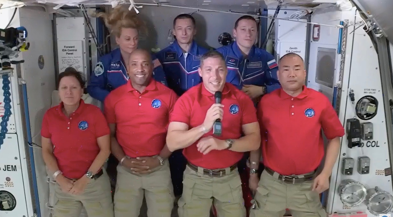 Cette capture d'écran montre la cérémonie d'accueil des astronautes de SpaceX Crew-1 (en bas, à gauche) Shannon Walker, Victor Glover, Mike Hopkins et Soichi Noguchi, arrivés à la Station spatiale internationale dans la nuit du 16 novembre 2020. L'astronaute de la NASA Kate Rubins et les cosmonautes Sergey Ryzhikov et Sergey Kud-Sverchkov, qui vivent dans le laboratoire en orbite depuis octobre 2020.
