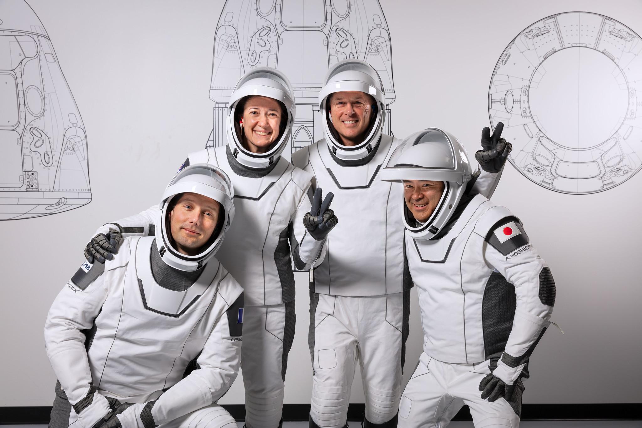 L'équipage de la prochaine mission Crew-2 de SpaceX est tout sourire alors que nous nous rapprochons du lancement.  Les quatre astronautes doivent se lancer dans la Station spatiale internationale le 22 avril et y rencontreront les astronautes Crew-1 qui vivaient sur le laboratoire en orbite.  À partir de la gauche, l'astronaute de l'Agence spatiale européenne Thomas Pesquet, les astronautes de la NASA Megan McArthur et Shane Kimbrough et l'astronaute de la JAXA Akihiko Hoshide.