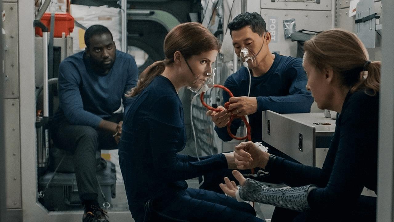 """Toni Colllete (à droite), Anna Kendrick (au centre) et Daniel Dae Kim dépeignent les astronautes à destination de Mars avec Shamier Anderson (à gauche) comme un ingénieur de lancement devenu passager surprise dans Netflix. """"Stowaway."""""""