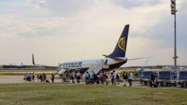 Plus de taxes, moins de vols courts, des billets plus chers: l'Europe intensifie sa bataille contre l'avion