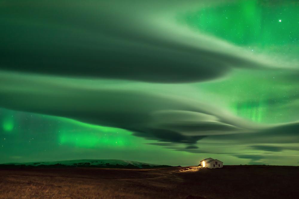 Les aurores sont mieux vues en hiver, lorsque les nuits sont longues.  Des heures de patience du photographe Daniele Boffelli ont abouti à cette image qui capture à la fois les nuages et les aurores dans le ciel nocturne.