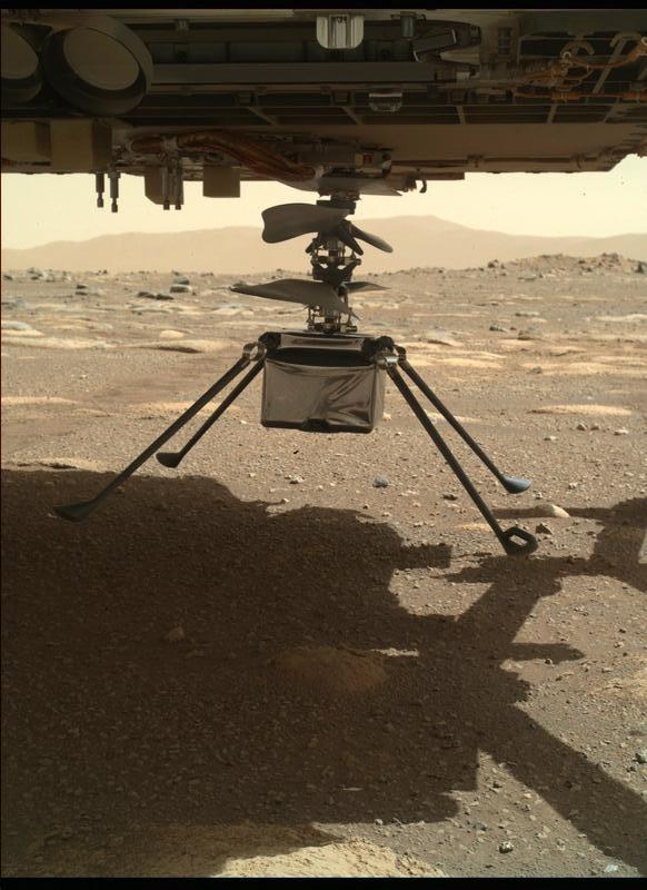 L'hélicoptère Mars Ingenuity avec les quatre pattes déployées, tel que vu par le rover Perseverance le 30 mars 2021.