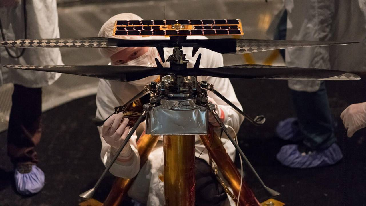 L'équipe Ingenuity attache une pièce au modèle de vol au début de 2019. Image: NASA / JPL-Caltech