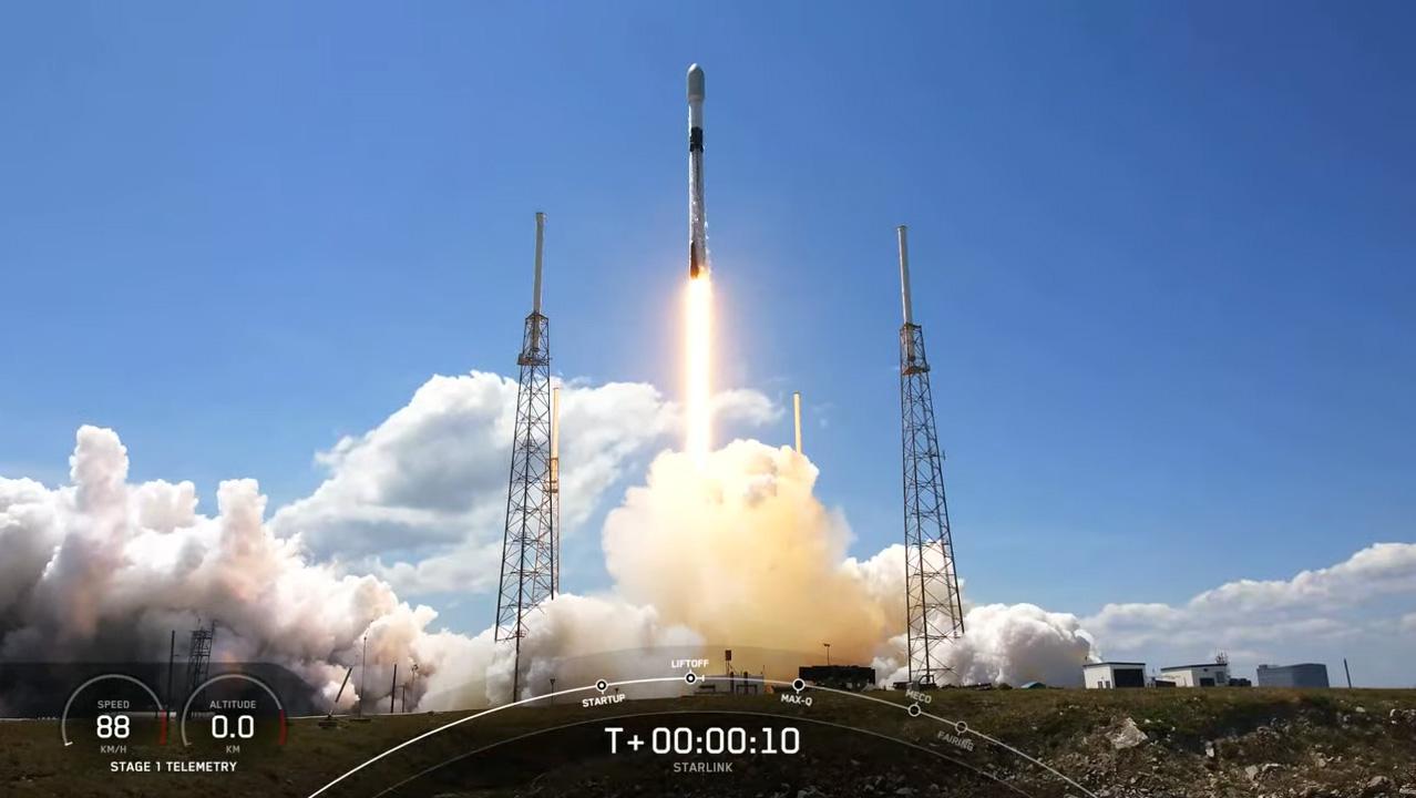 Une fusée SpaceX Falcon 9 transportant 60 satellites Internet Starlink décolle du complexe de lancement spatial 40 de la station spatiale de Cap Canaveral en Floride le 7 avril 2021.