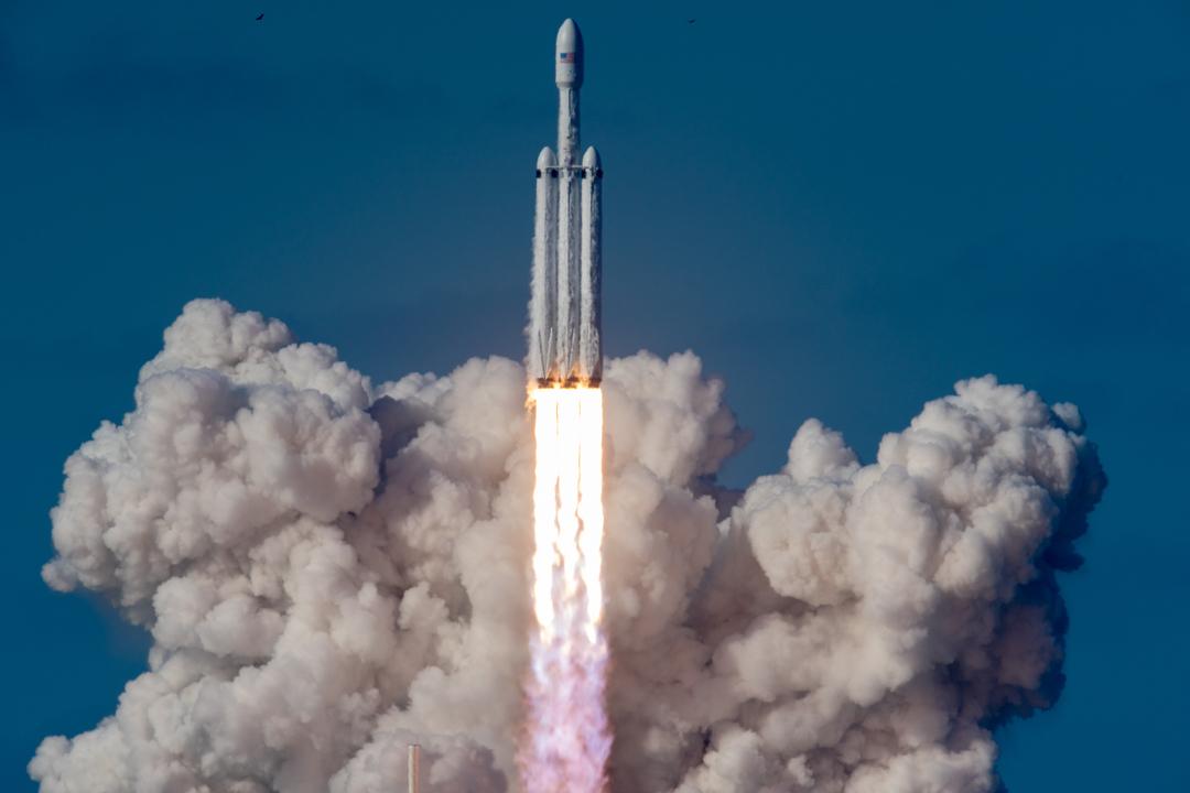 Une fusée SpaceX Falcon Heavy décolle de la rampe de lancement 39A au Kennedy Space Center de la NASA le 6 février 2018.
