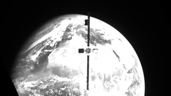 Cette vue de l'engin spatial MEV-2 de Northrop Grumman montre le satellite IS-10-02 alors qu'il s'approche de l'accostage.