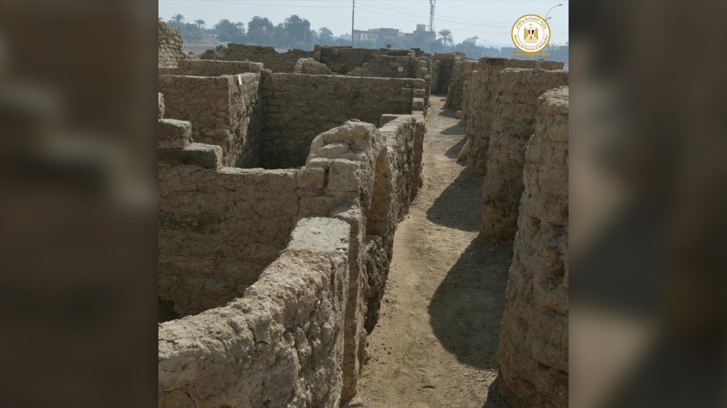 De nombreuses habitations et bâtiments anciens avaient encore des murs intacts.