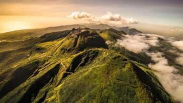 Une éruption Volcanique Explosive Frappe L'île Des Caraïbes, Alors Que