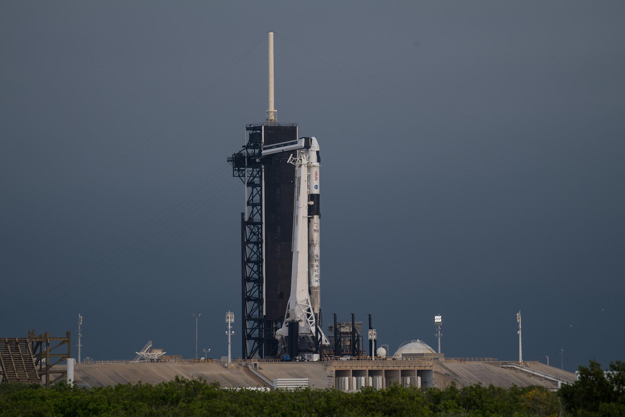 La fusée SpaceX Falcon 9 transportant le Crew Dragon Endeavour se dresse au sommet du Pad 39A du centre spatial Kennedy de la NASA à Cap Canaveral, en Floride, le 18 avril 2021. Elle lancera les astronautes Crew-2 vers la Station spatiale internationale le 23 avril.