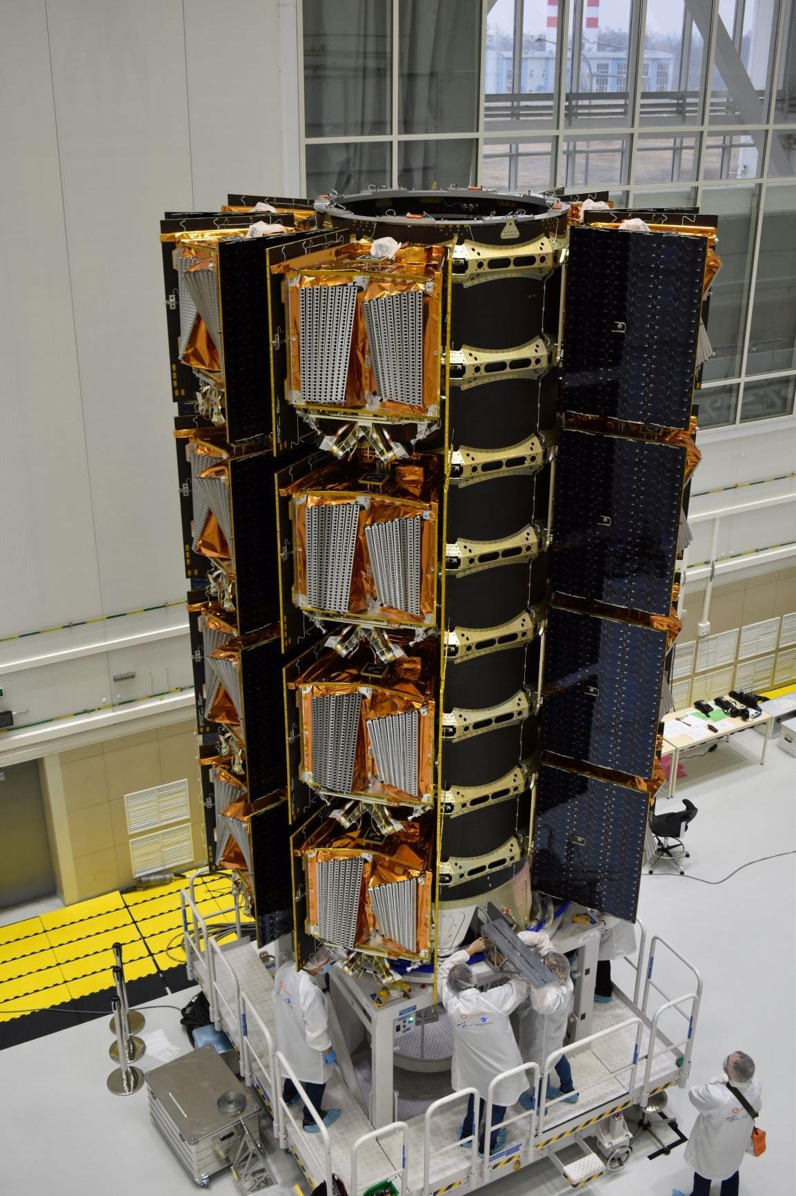Une pile de 36 satellites Internet OneWeb est en configuration de lancement avant le décollage de la mission Launch 6 de OneWeb fin avril 2021.