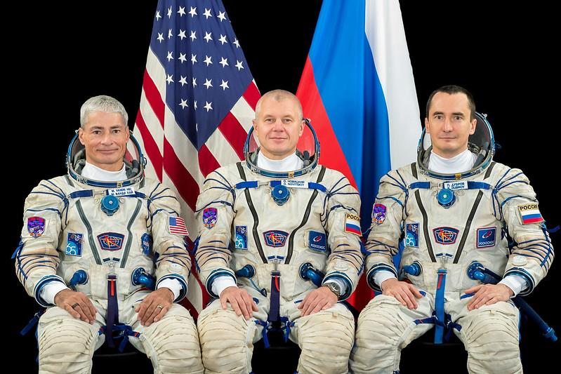 L'astronaute de la NASA Mark Vande Hei rejoint les cosmonautes russes Oleg Novitskiy et Piotr Dubrovnik avant leur lancement, actuellement prévu pour le 9 avril 2021.