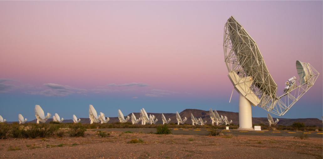 Les nouveaux réseaux de radiotélescopes avancés comme MeerKAT permettent aux astronomes de découvrir plus de pulsars millisecondes que jamais.