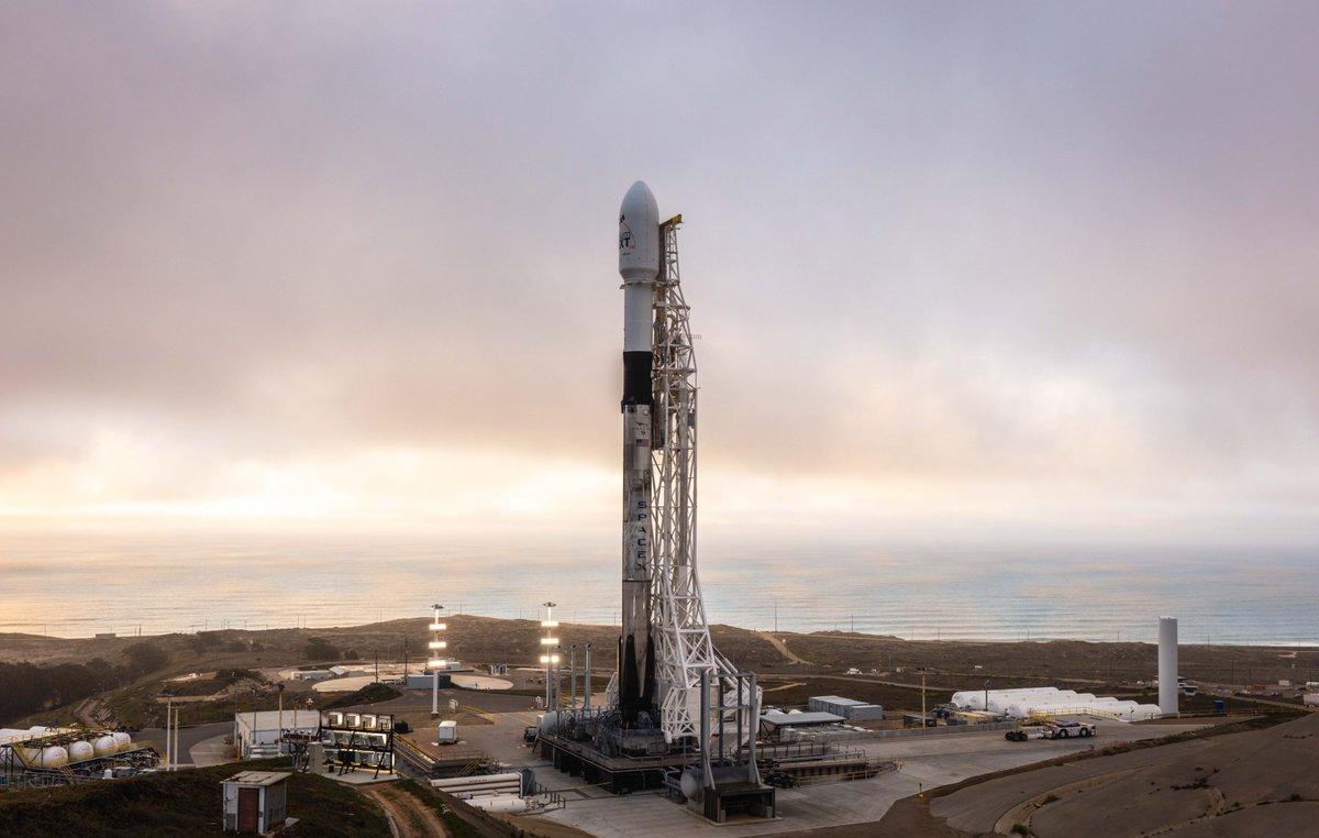 Le propulseur de fusée SpaceX Falcon 9 B1049 se dresse au sommet du Space Launch Complex 4E à la base aérienne de Vandenberg en Californie, un jour avant le lancement prévu le 11 janvier 2019 de 10 satellites Iridium Next.