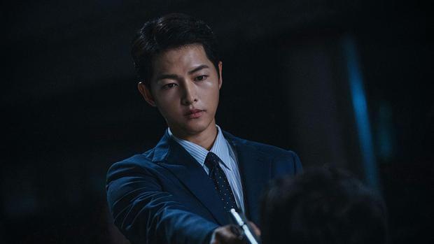 Song Joong-ki joue Vincenzo Cassano / Park Joo-hyung dans la série sud-coréenne (Photo: Netflix)
