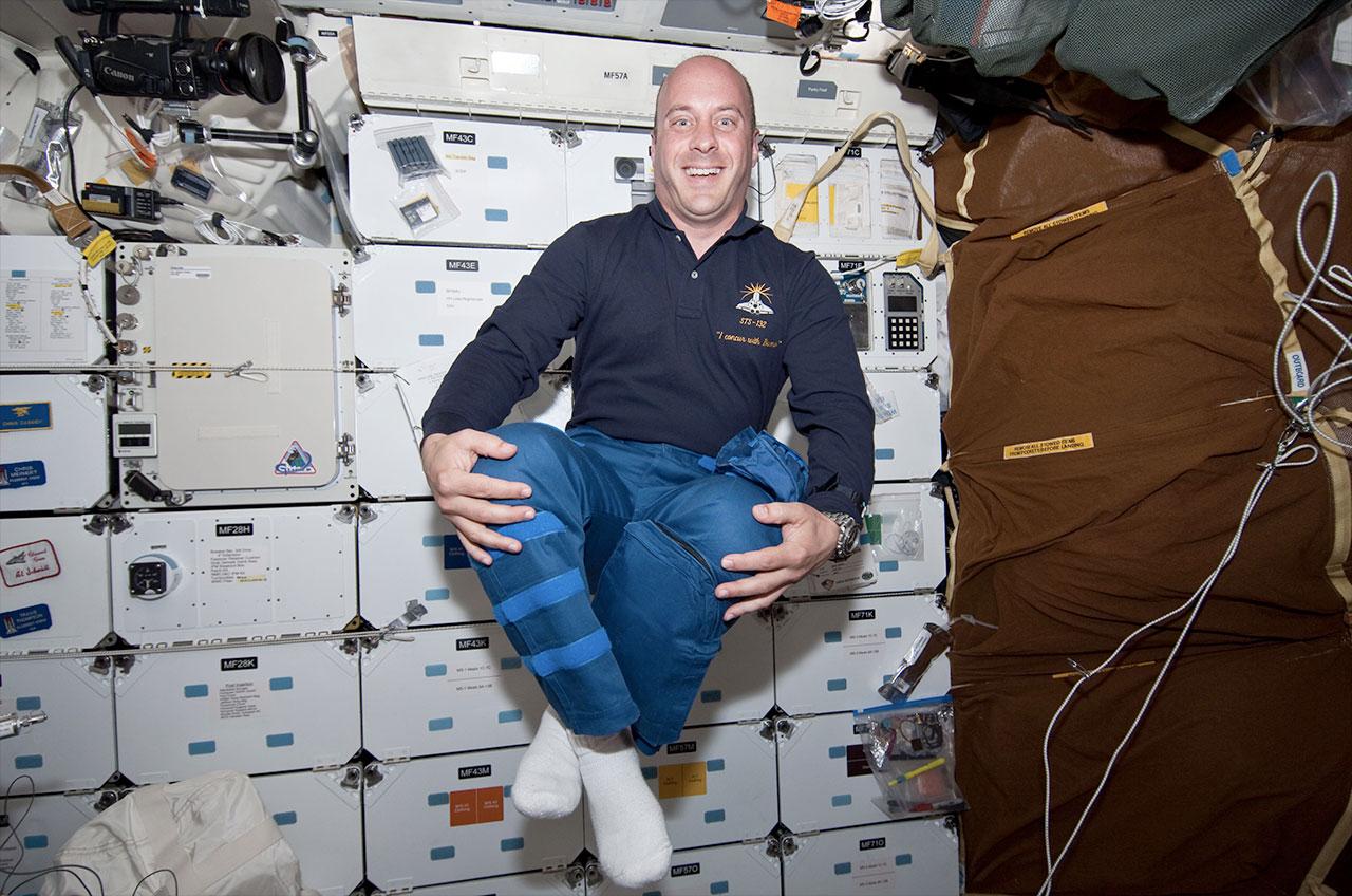Garrett Reisman, comme on le voit en 2010, profitant de l'environnement zéro-g sur le pont intermédiaire de la navette spatiale Atlantis.