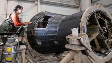Le Smithsonian Inspecte La Première Capsule Spatiale D'un Astronaute Américain,