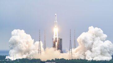 L'énorme Propulseur De Fusée Chinois Tombant De L'espace Met En