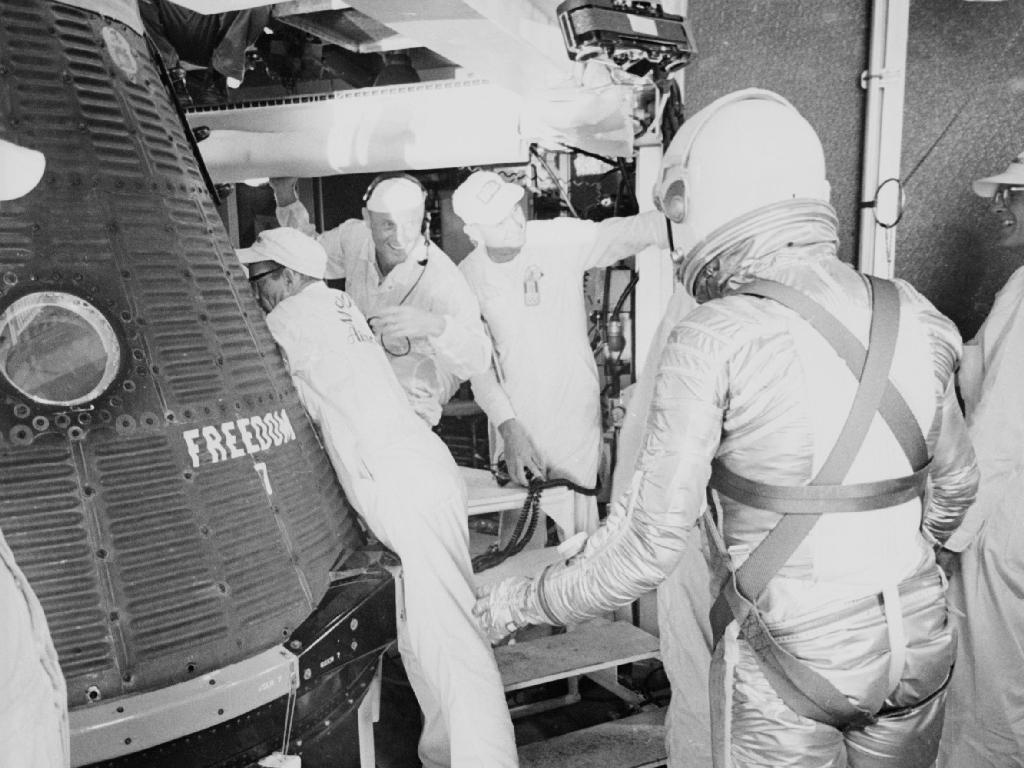 L'astronaute Alan B. Shepard Jr. s'approche de sa capsule Freedom 7, prêt à monter pour son lancement historique le 5 mai 1961.