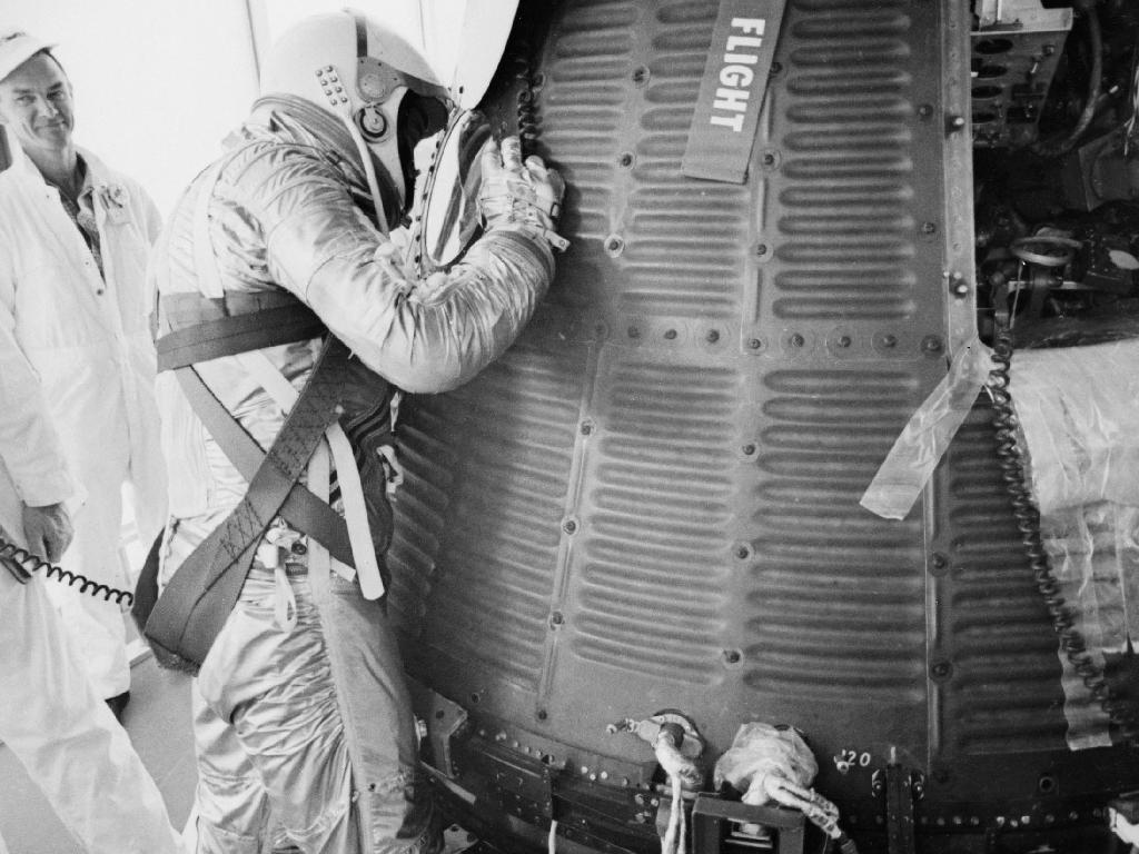 L'astronaute Alan B. Shepard Jr., examine sa capsule Freedom 7 Mercury avant son lancement le matin du 5 mai 1961.