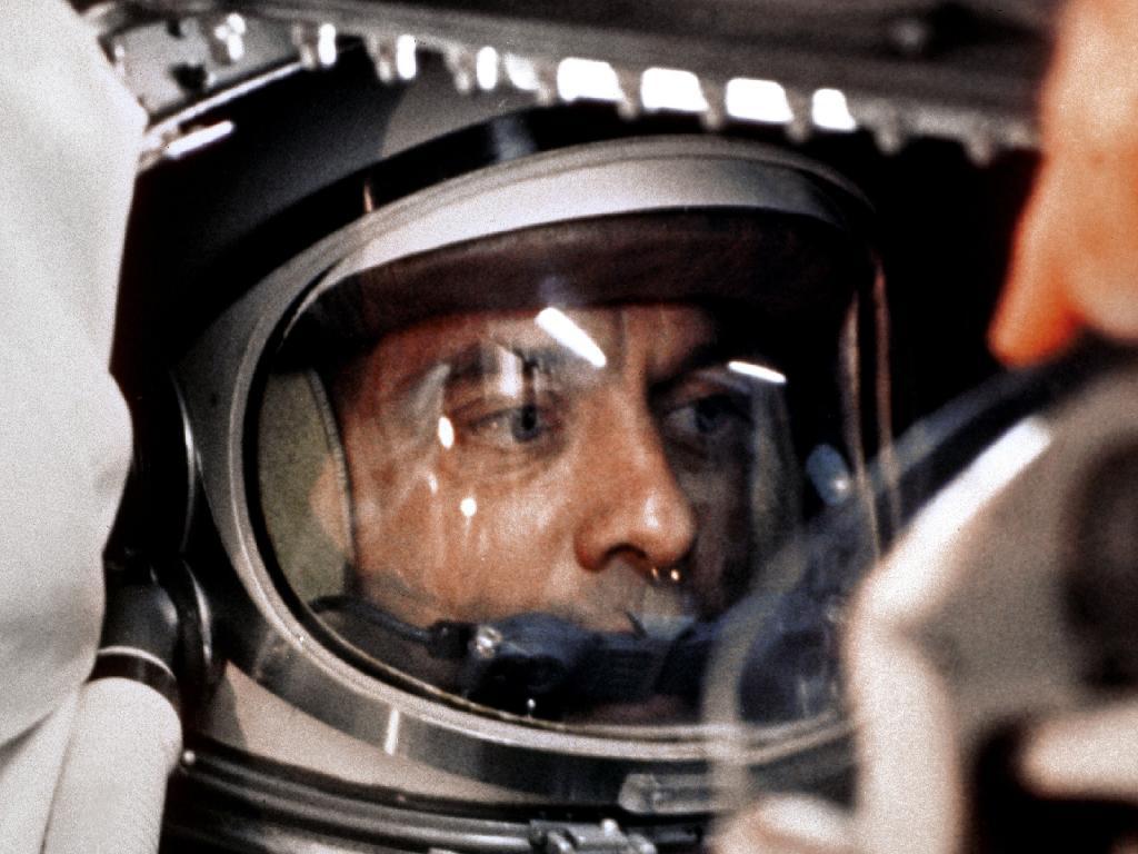 L'astronaute Alan B. Shepard, Jr. est assis dans sa capsule Freedom 7 Mercury, prêt pour le lancement.  À peine 23 jours plus tôt, le cosmonaute soviétique Youri Gagarine était devenu le premier homme dans l'espace.  Après plusieurs retards et plus de quatre heures dans la capsule, Shepard était prêt à partir et il a exhorté les contrôleurs de mission à `` résoudre votre petit problème et à allumer cette bougie.