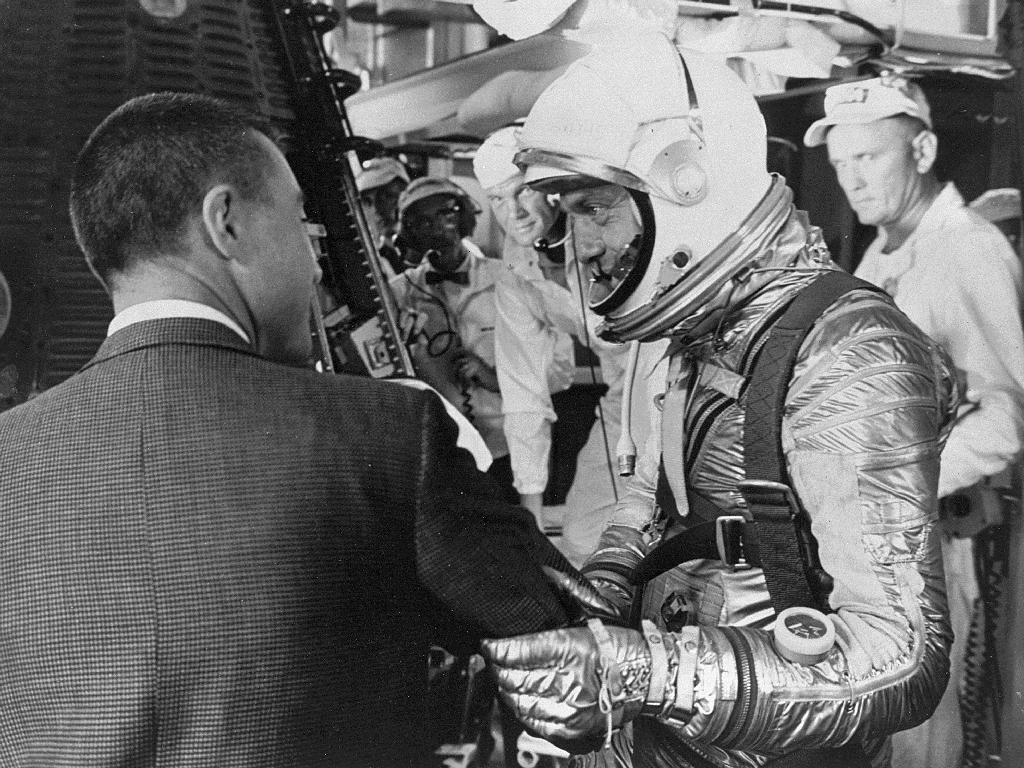 L'astronaute Mercury Gus Grissom (en costume) souhaite bonne chance à Shepard alors qu'il s'apprête à monter dans sa capsule Mercury, baptisée Freedom 7, le matin du 5 mai 1961. Glenn regarde en arrière-plan.