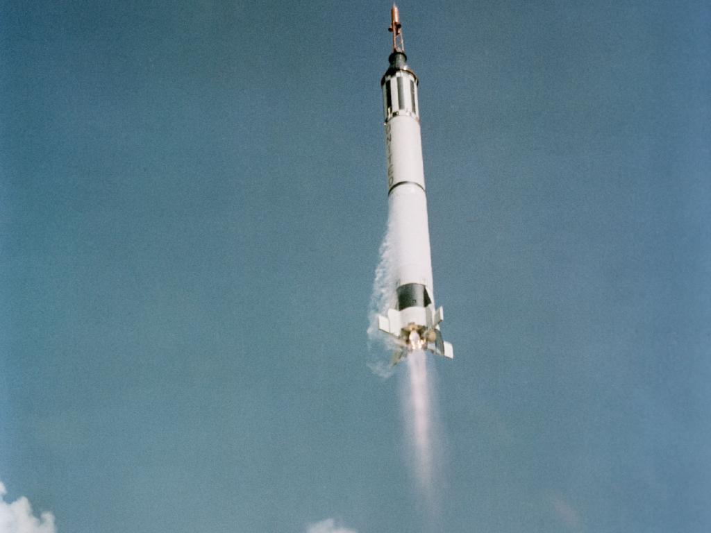 Dans cette optique, le vaisseau spatial Mercury-Redstone 3 (MR-3) transportant Alan Shepard en liberté 7 se dirige déjà vers sa manœuvre suborbitale, peu de temps après son décollage de Cap Canaveral en Floride.
