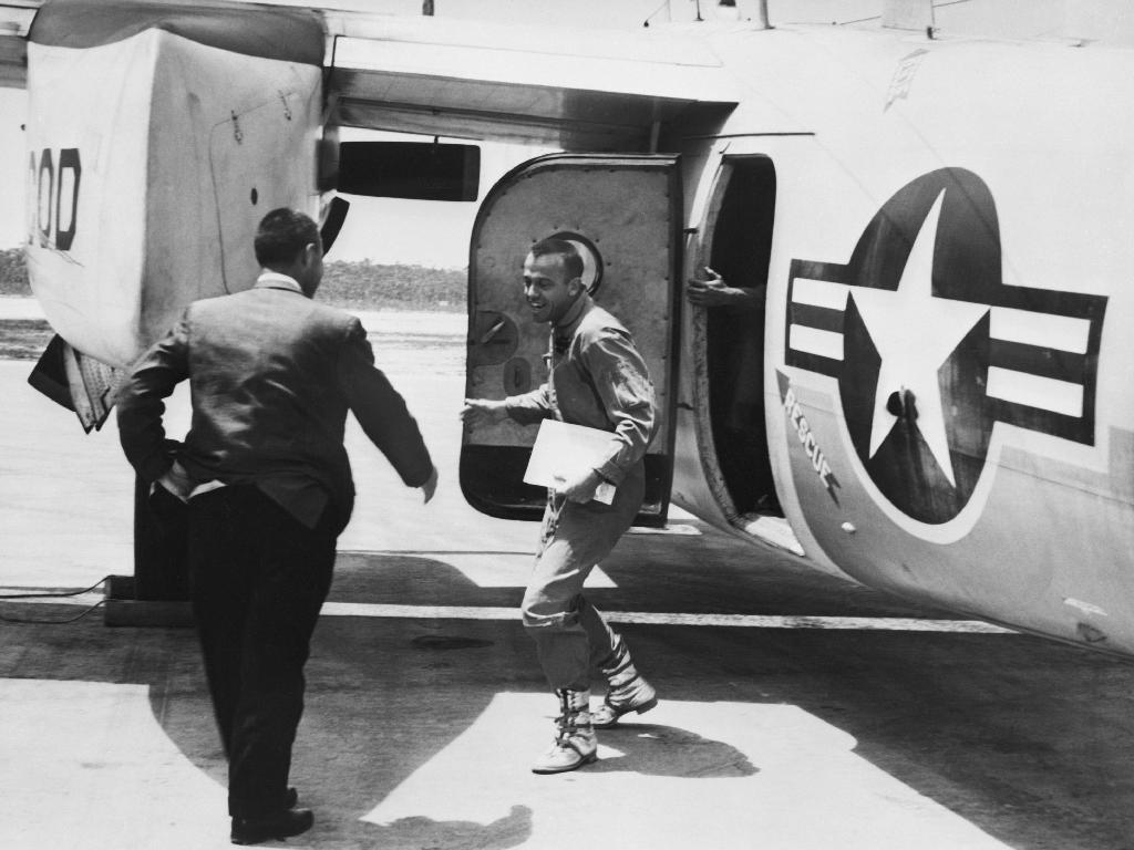 Le 5 mai 1961, l'astronaute Alan B. Shepard Jr. arrive sur l'île de Grand Bahamas et est accueilli par l'astronaute Virgil I. (Gus) Grissom après le premier vol suborbital américain.