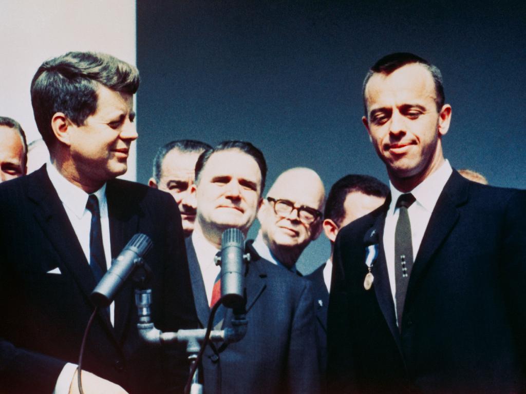 Le président John F. Kennedy remet à l'astronaute Alan B. Shepard Jr. la médaille du service distingué de la NASA lors d'une cérémonie à la roseraie le 8 mai 1961 à la Maison Blanche.