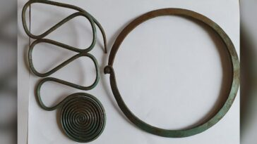 Superbe Trésor De Bijoux De L'âge Du Bronze Découvert Par