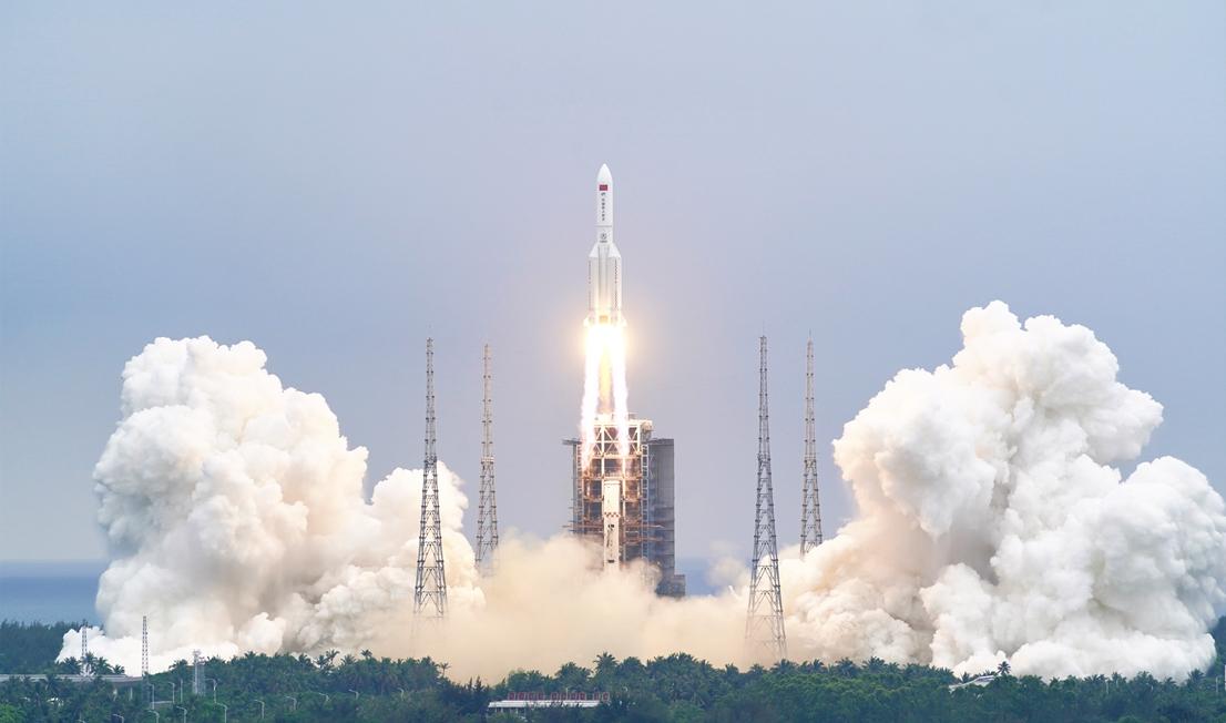 Une fusée Longue Marche 5B lance Tianhe, le module central de la nouvelle station spatiale chinoise, le 28 avril 2021.
