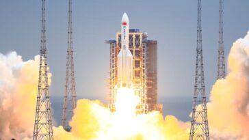 Un énorme Propulseur De Fusée Chinois Tombe De L'espace, Mais