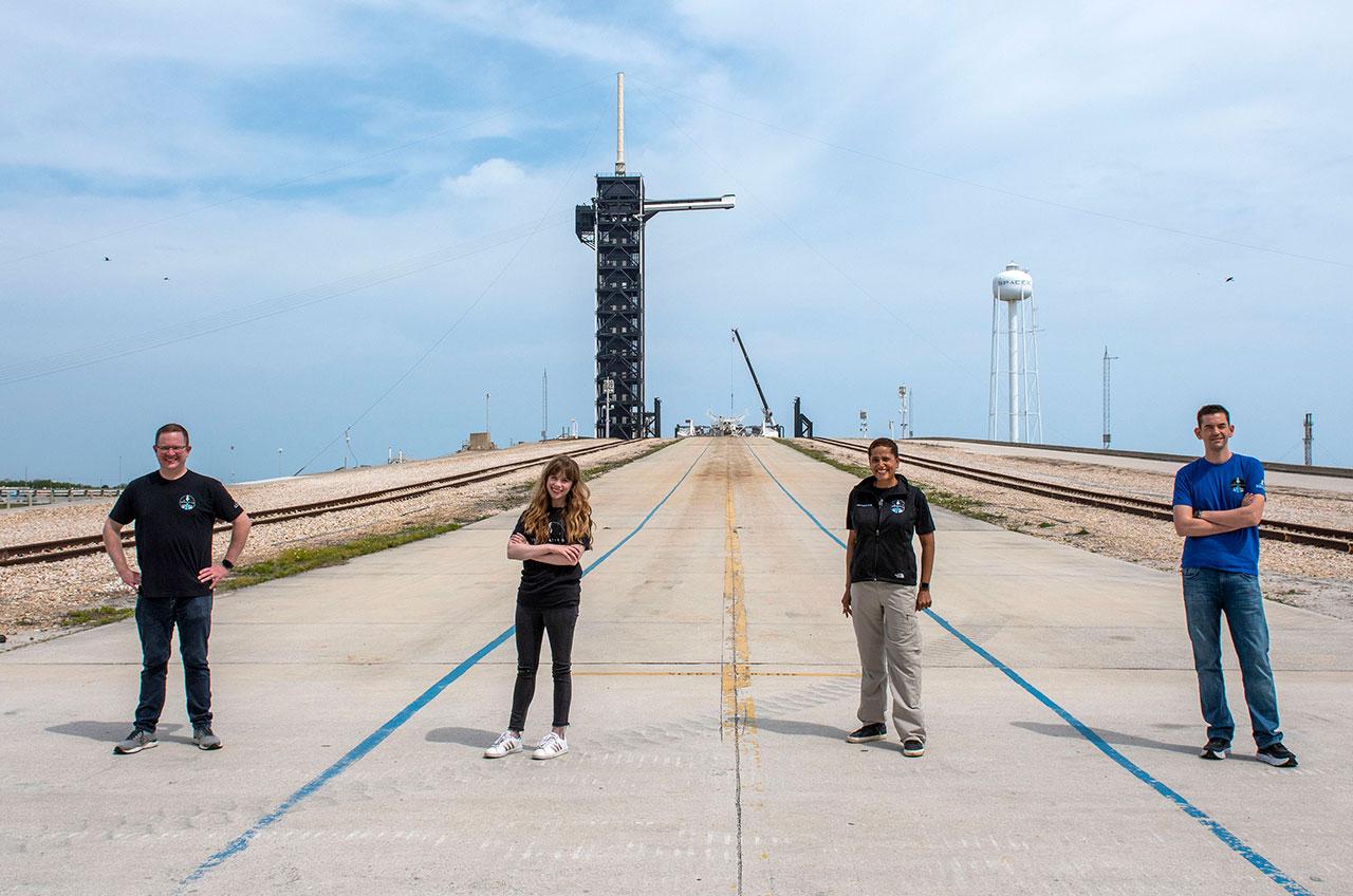 Chris Sembroski, Hayley Arceneaux, Sian Proctor et Jared Isaacman posent devant leur rampe de lancement SpaceX, Complex 39A, au centre spatial Kennedy de la NASA en Floride le lundi 29 mars 2021.