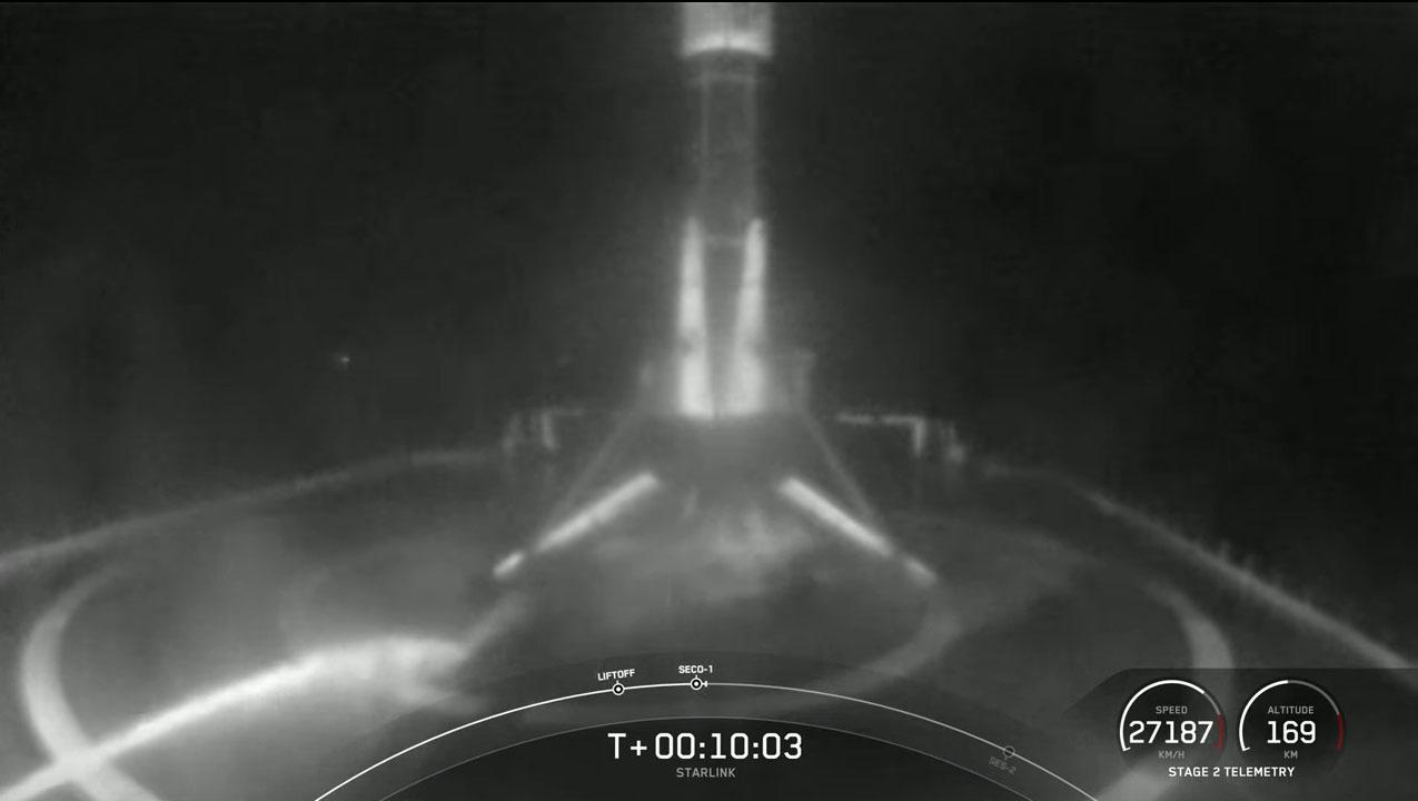 Une fusée SpaceX Falcon 9 transportant 60 satellites Internet Starlink lance un 10e vol record depuis le complexe de lancement spatial 40 de la station spatiale de Cap Canaveral en Floride le 9 mai 2021.
