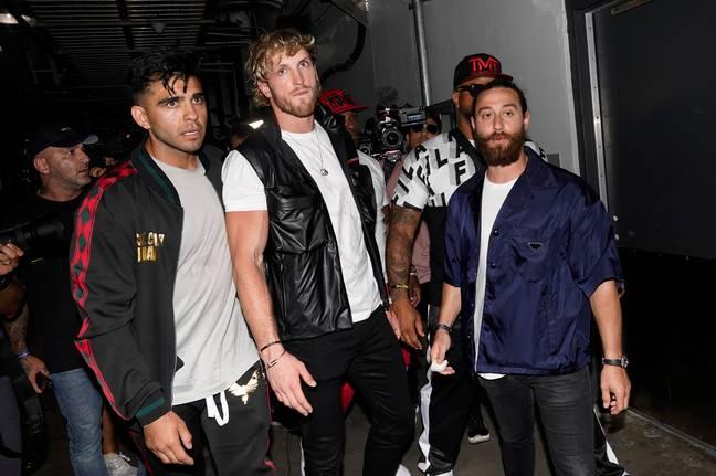 Mayweather combat le frère de Jake Paul, Logan (au milieu), le 6 juin. Crédit: PA
