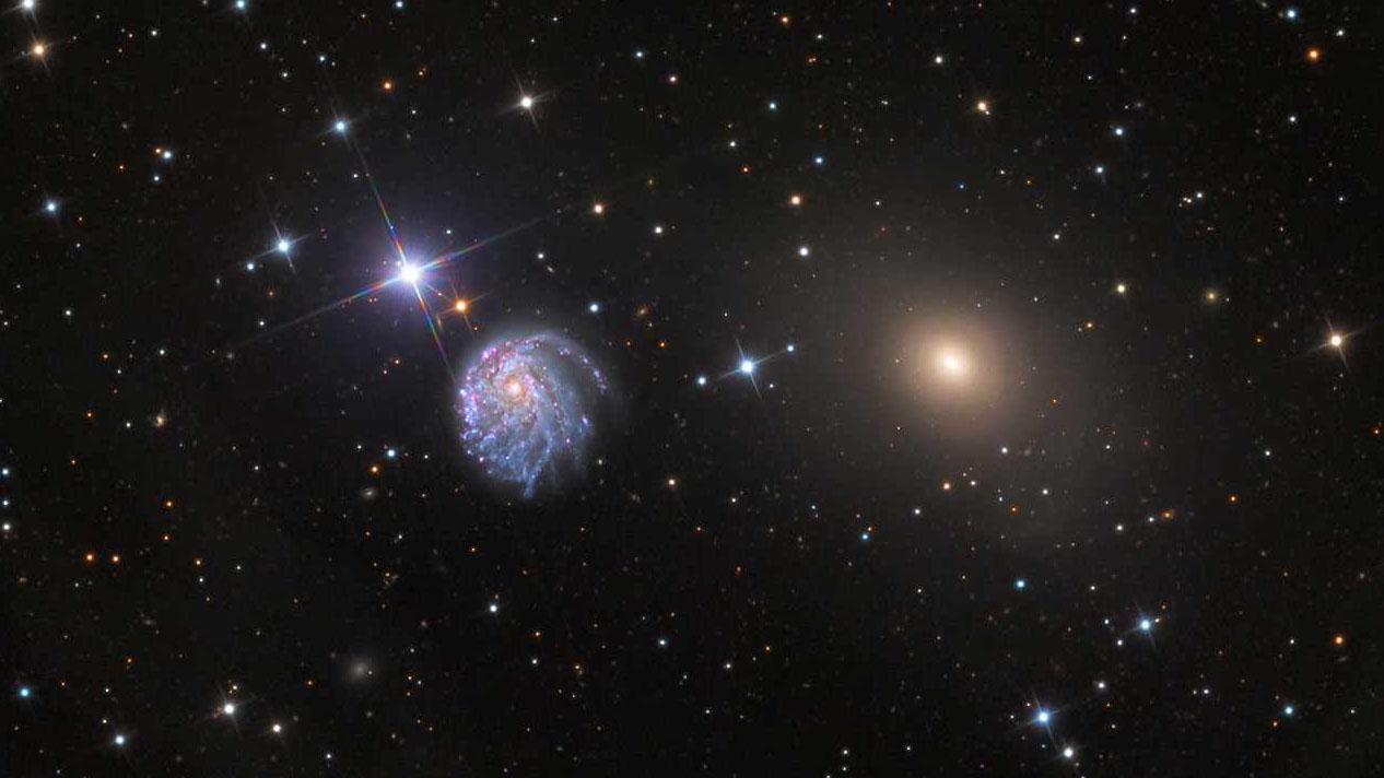 Une vue à grand champ du télescope spatial Hubble montre la galaxie NGC 2276 avec son voisin plus petit NGC 2300, qui exerce sa force gravitationnelle d'un côté de NGC 2276 et provoque sa forme asymétrique.