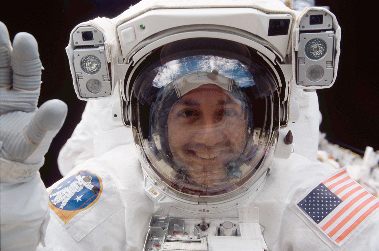 Mike Massimino, vu en 2002 lors d'une sortie dans l'espace à l'extérieur de la navette spatiale Columbia pour desservir le télescope spatial Hubble.