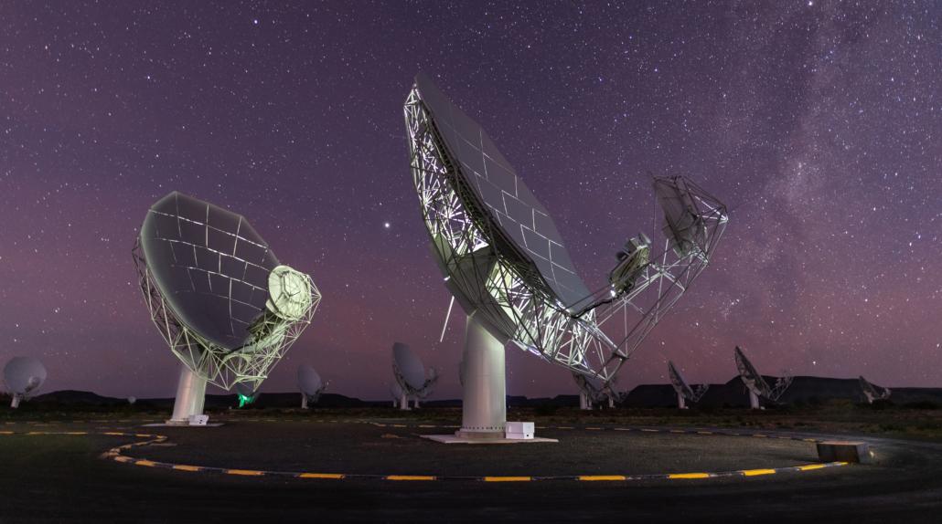 Deux des 64 paraboles qui composent le radiotélescope MeerKAT.