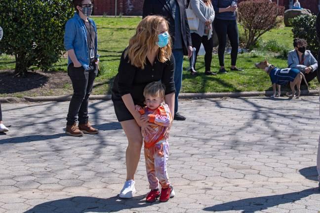 Amy Schumer avec son fils Gene photographié en mars.  Crédit: PA