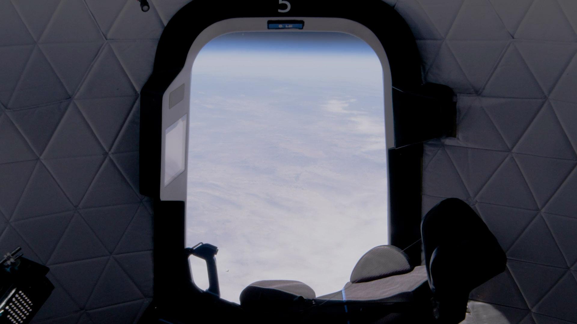 La vue depuis un siège sur la première étape du nouveau vaisseau spatial Shepard de Blue Origin lors d'un vol d'essai suborbital le 14 avril 2021.
