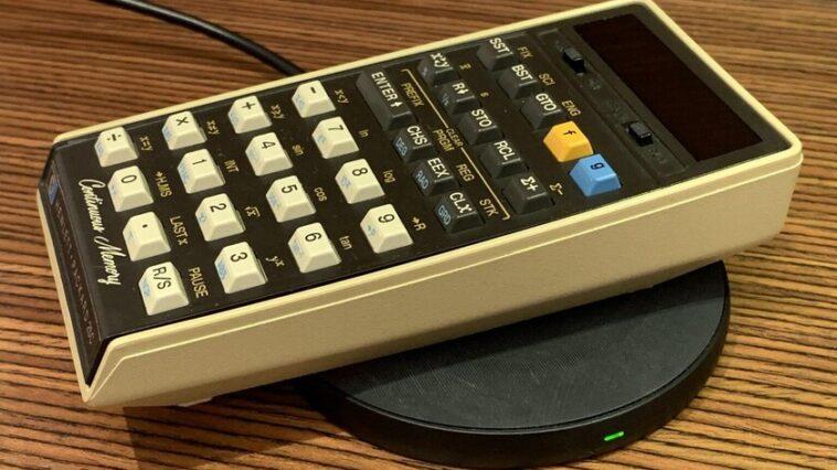 Cette calculatrice a été lancée il y a 45 ans et a été modifiée pour avoir une charge sans fil et fonctionner comme le premier jour.