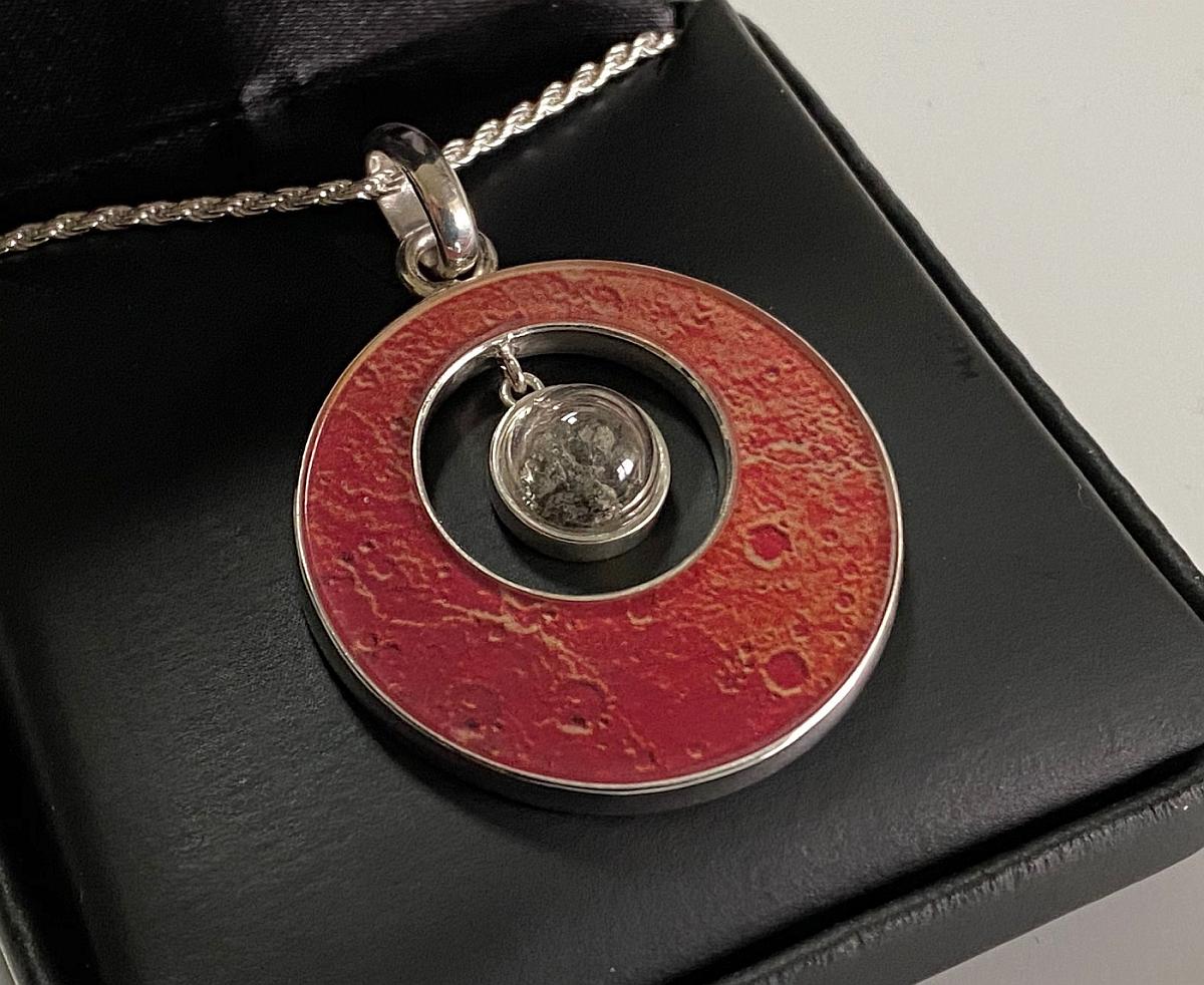 Posséder un morceau de Mars avec ce pendentif granulé de météorite martienne du Space Store !  Entrez dans notre cadeau pour plus de détails.