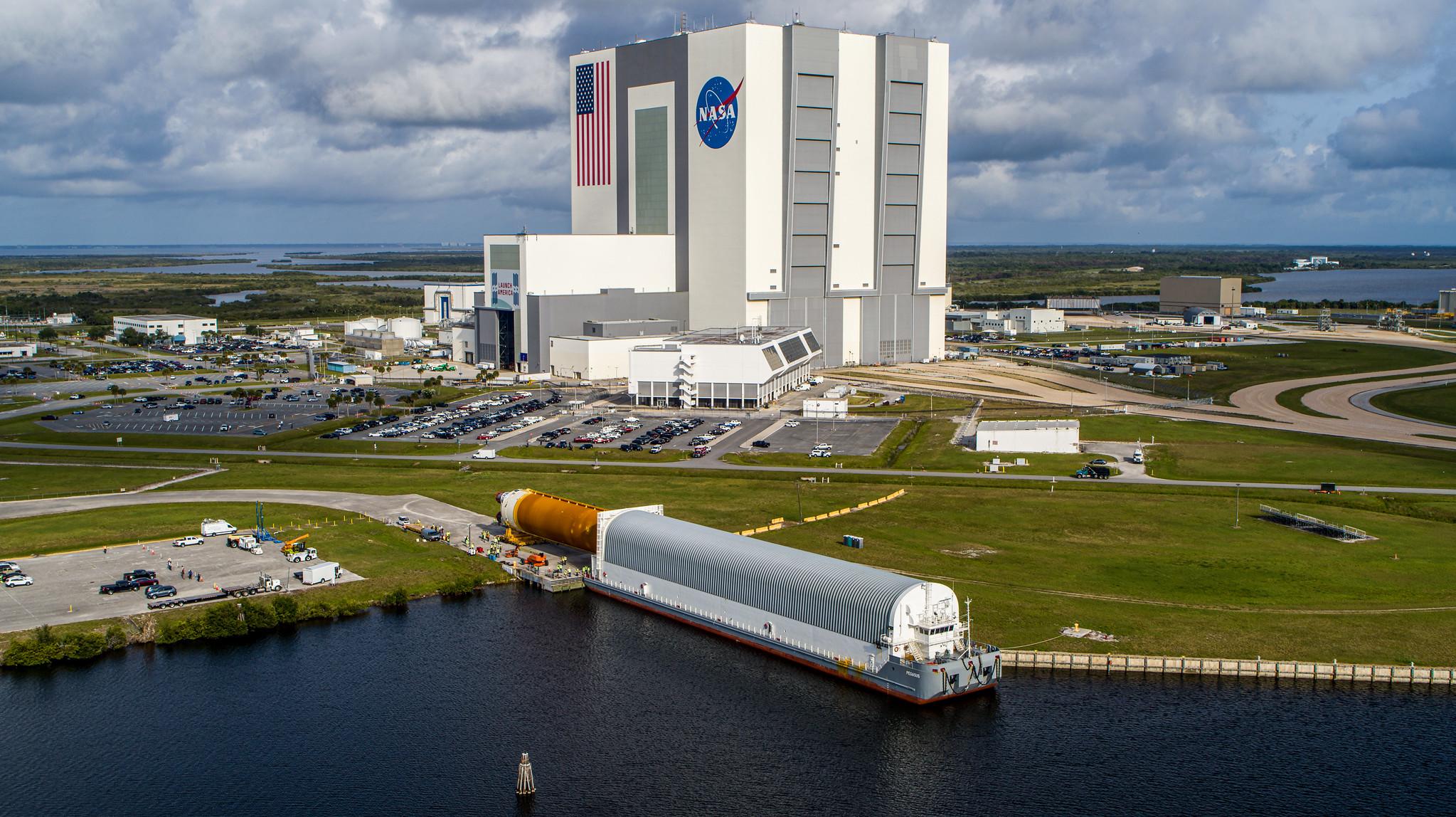Une vue aérienne de la fusée SLS de la NASA en cours de déchargement du Pegasus Barge le 29 avril 2021, après son arrivée au centre spatial Kennedy de la NASA en Floride.